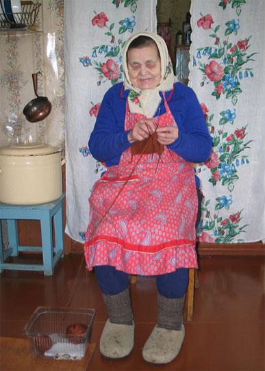 Носки бабушка вяжет